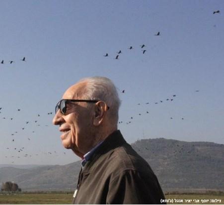 Mann mit Vogel: Shimon Peres im Hula-Tal, dem Überwinterungsplatz unserer Kraniche